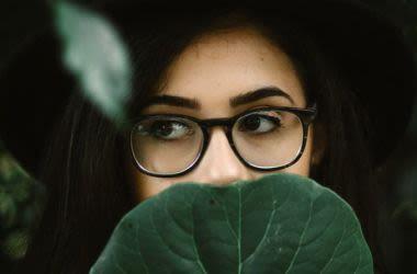 Uma jovem mulher usando óculos.