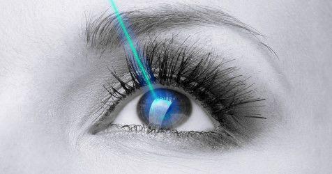 Montagem de um olho recebendo laser na cirurgia Lasik