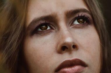 Mulher olhando para cima.