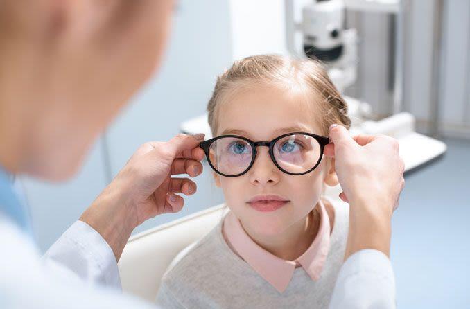 Junges Mädchen wird für eine neue Brille angepasst