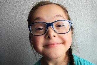 Niña con miopía en niños