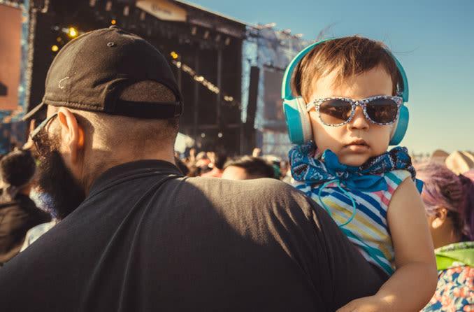 Bebê usando óculos escuros