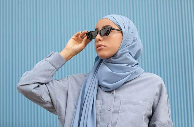 امرأة ترتدي نظارة شمسية واقية من الشمس