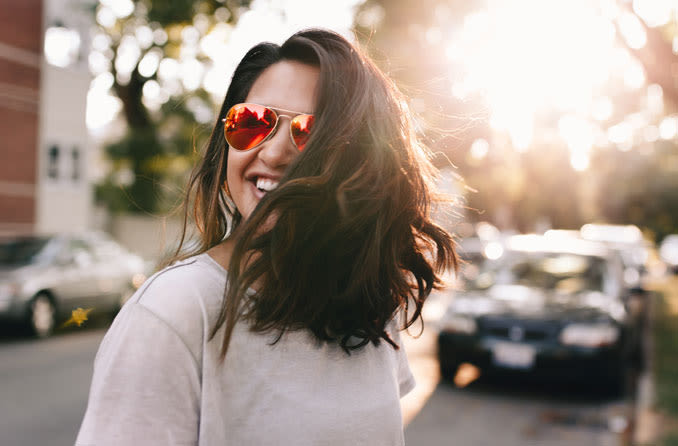 mulher vestindo óculos de proteção spf