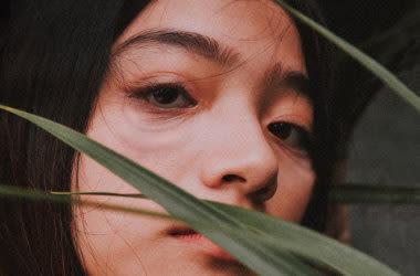 Frau mit schlaffen Augenlidern