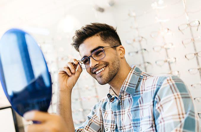 Человек пробует очки в магазине Chelovek probuyet ochki v magazine