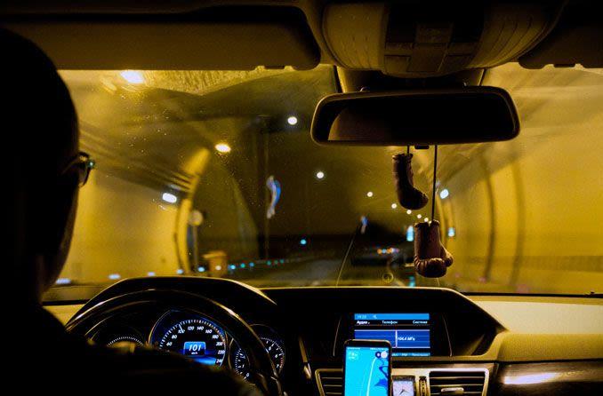 Älterer Mann beim Fahren in der Nacht