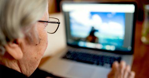 femme plus âgée à l'aide d'un ordinateur portable