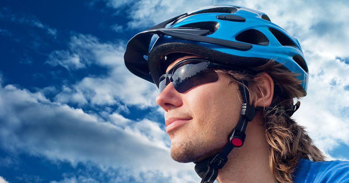 ciclista usando óculos escuros de esportes