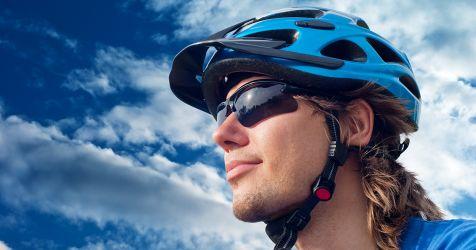cycliste portant des lunettes de sport