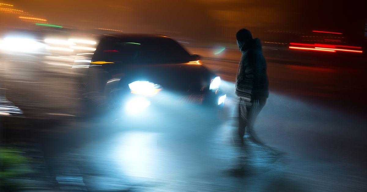 representação de condução perigosa embaçada à noite