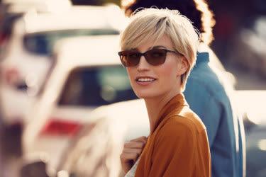 Femme portant des lentilles photochromiques à l'extérieur