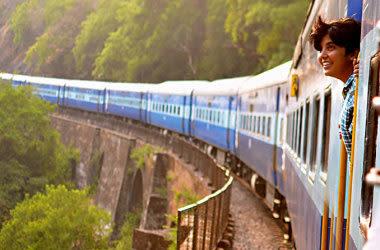 Mujer en un tren, mirando por la ventana.