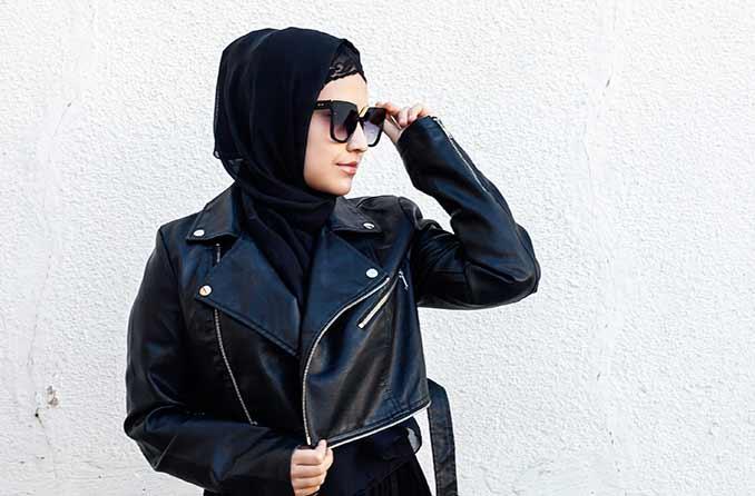 العصرية امرأة ترتدي النظارات الشمسية
