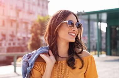 güneş gözlüğü takan moda kadın