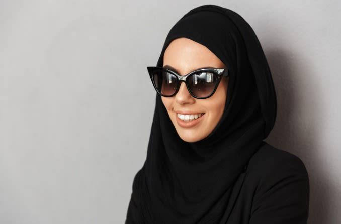 फैशनेबल महिला धूप का चश्मा पहने हुए