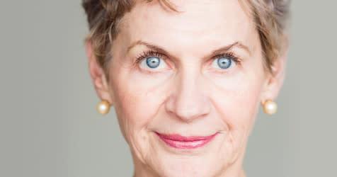 Пожилая женщина с ярко-голубыми глазами