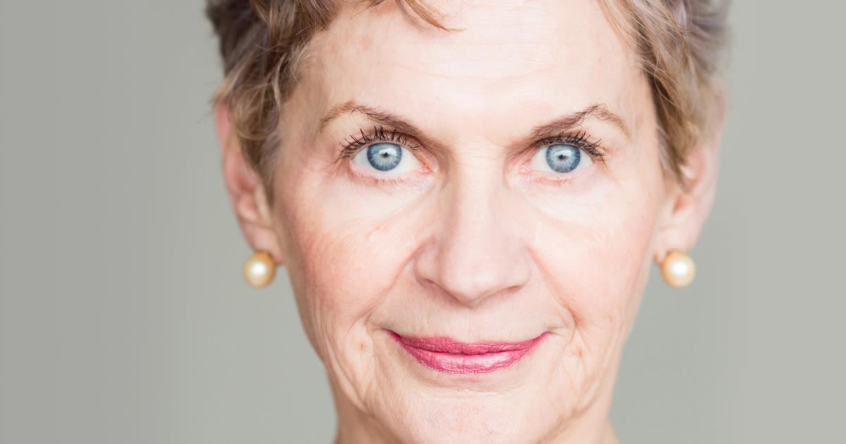Donna anziana con occhi azzurri brillanti