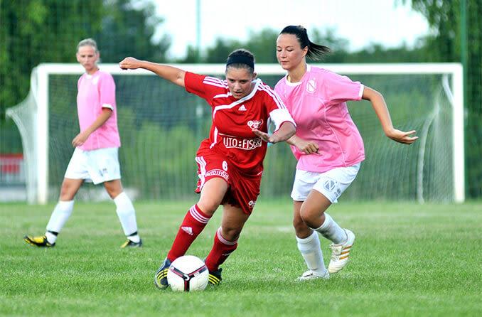 chicas jugando futbol