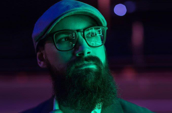 Mann mit Brille bei Nacht