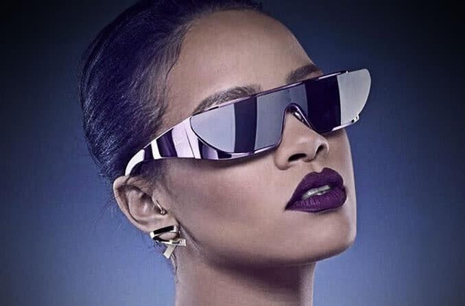 woman wearing  fashion sunglasses