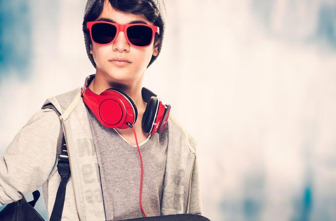 مراهق يرتدي نظارة شمسية