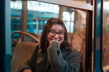 Menina adolescente, com, óculos, sorrindo