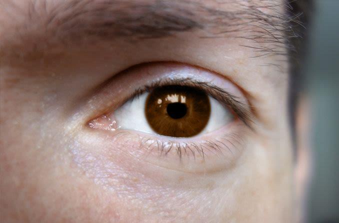 gros plan de l'oeil d'un homme