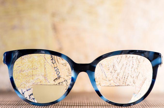 زوج من النظارات ثنائية البؤرة