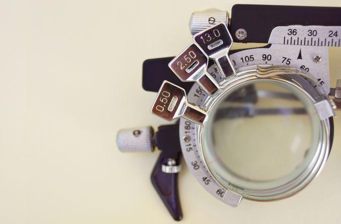 Eine halbe Testbrille mit drei gestapelten Gläsern für sehr hohe Myopie