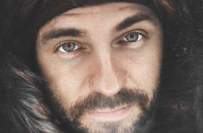 رجل مع تأثير صورة العين الحمراء.