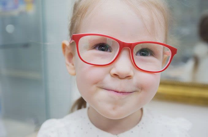 Menina com óculos vermelhos