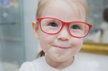 Fille avec des lunettes rouges