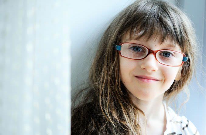 Kurzsichtiges Mädchen mit Brille