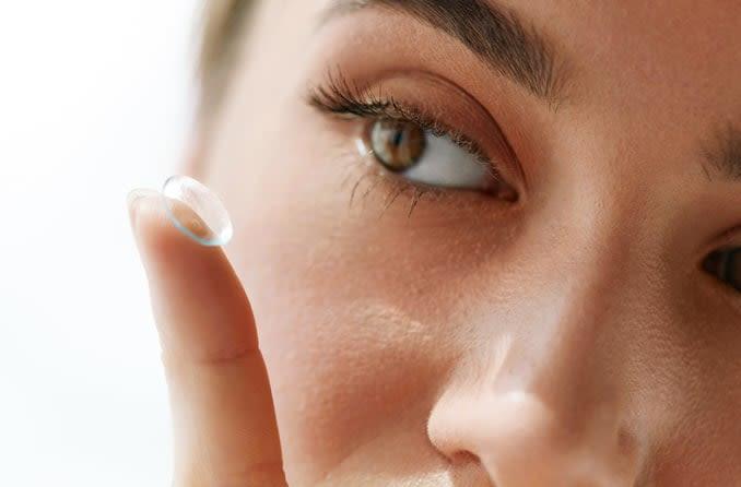 Kontakt lens koyarak kadın