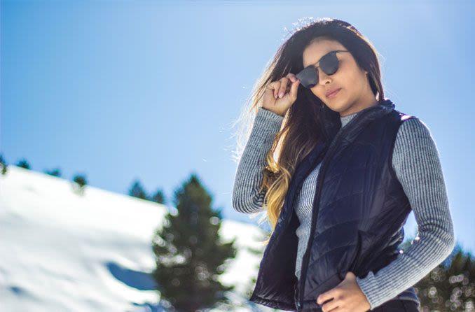 mujer, llevando gafas de sol, aire libre, en, nieve