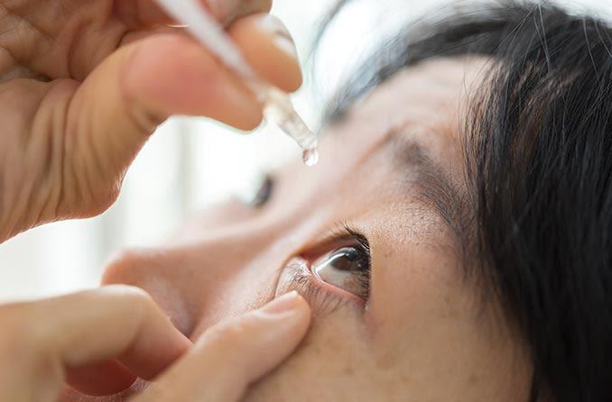 緑内障治療に点眼薬を使用している女性
