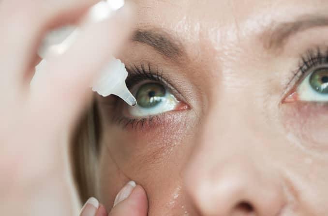 Женщина, использующая глазные капли для лечения глаукомы