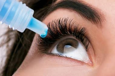 Glokom tedavisi için göz damlası kullanan kadın