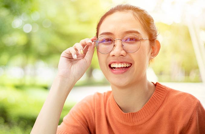 眼鏡をかけている笑顔の女性