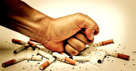 aplastando cigarrillos a mano