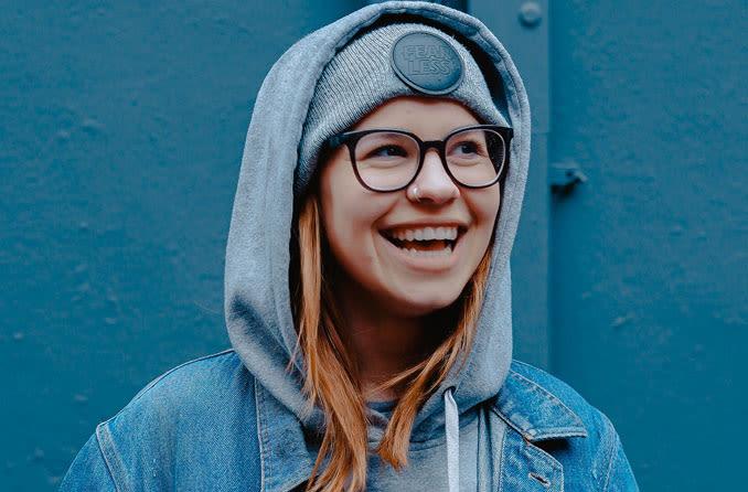 lachendes Mädchen mit Brille