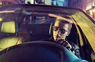 Polarisierte Sonnenbrille für Herren (Mann beim Autofahren)