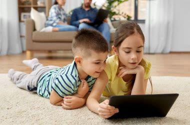 Дети, использующие планшет