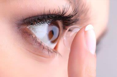 Frau, die eine Kontaktlinse anwendet
