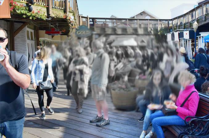 Representação de imagem de uma praça com pessoas desfocada por conta de degeneração macular.