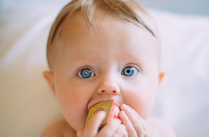 Bebê loiro de olhos azuis com catarata congênita/precoce