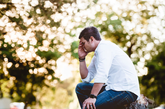 Uomo che soffre di mal di testa a causa del dolore agli occhi