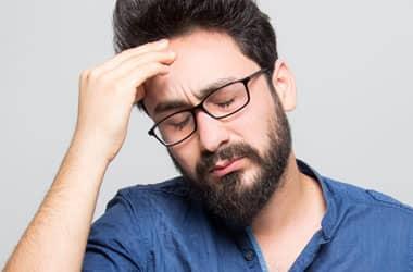 baş ağrısı olan adam
