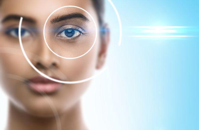 امرأة مع جراحة الرؤية intralasik